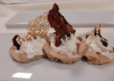 Foie micuit, pera confitada, espuma de parmesano