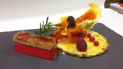 Foie micuit caramelizado, pannacotta de frambuesa y piña a la plancha con calabaza confitada