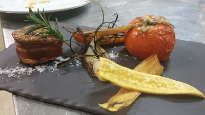 Solomillo de ternera lechal, plátano macho frito, tomate asado provenzal