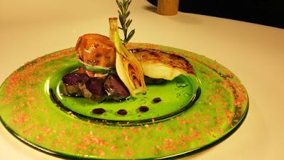 Taco de bacalao, boniato asado y patata violeta confitada con cebolla tierna a la plancha